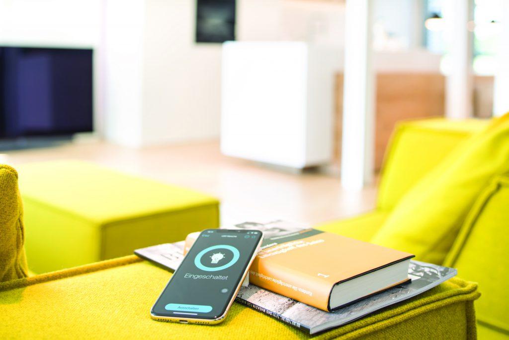 Ergänzen Anwender einen eNet Server, erhalten sie die Möglichkeiten der Sprachsteuerung, Fernzugriff, Integration von Drittanbieter-Lösungen und vieles mehr. (Bild: Albrecht Jung GmbH & Co. KG)