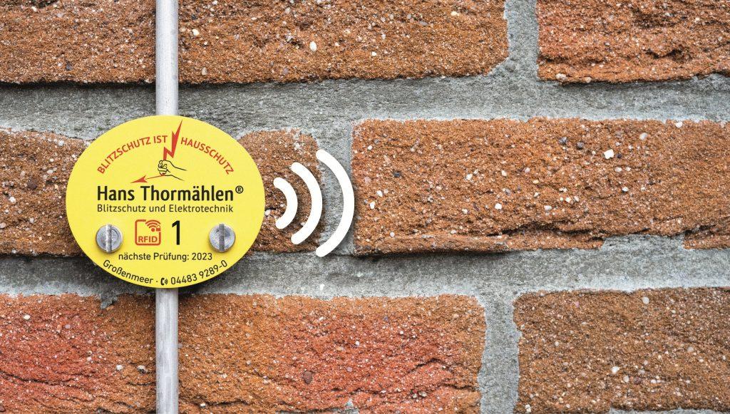 Smarter Blitzschutz: Zur Installation und Wartung der Anlagen nutzt die Hans Thormählen GmbH & Co. KG markierte Plaketten mit RFID-Chip. (Bild: Phoenix Contact GmbH & Co. KG)
