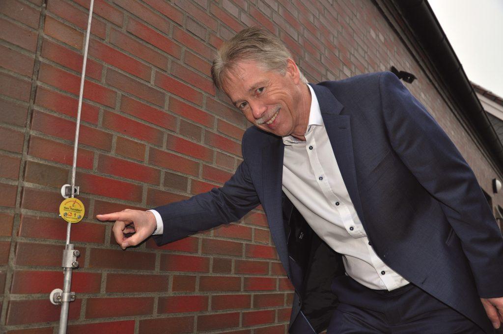 Geschäftsführer Reyno Thormählen hat die 'schlauen' Plaketten auch in das Blitzschutz-Konzept der Firmenzentrale in Großenmeer eingebunden. (Bild: Phoenix Contact GmbH & Co. KG)