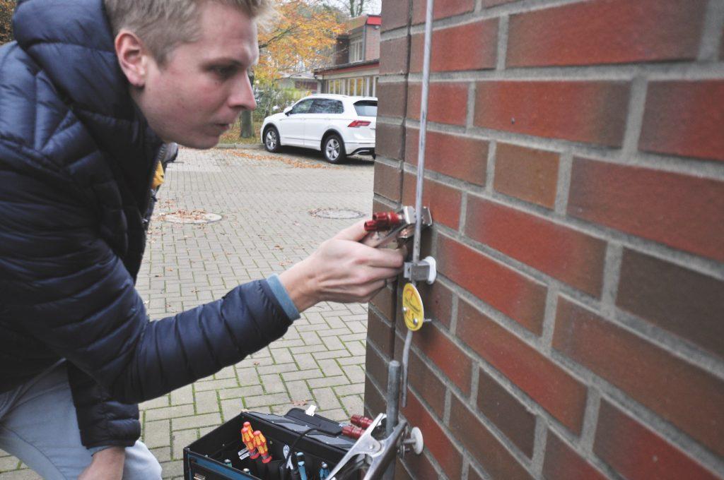 Der RFID-Datenträger in der wetterbeständigen Plakette identifiziert und lokalisiert die intelligenten Trennstellen. (Bild: Phoenix Contact GmbH & Co. KG)