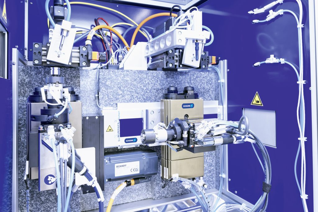 Bei der Teilereinigung kombiniert Keller pneumatische Schwenkmodule mit elektrischen Drehmodulen.