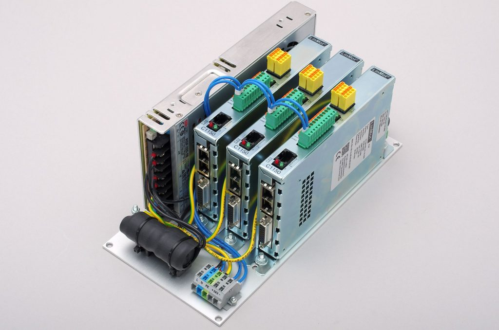 Kompakte PosiPac-Einheit von Jung in einer PC-05-Konfiguration mit Netzteil und Controllern zur Ansteuerung von drei Achsen.