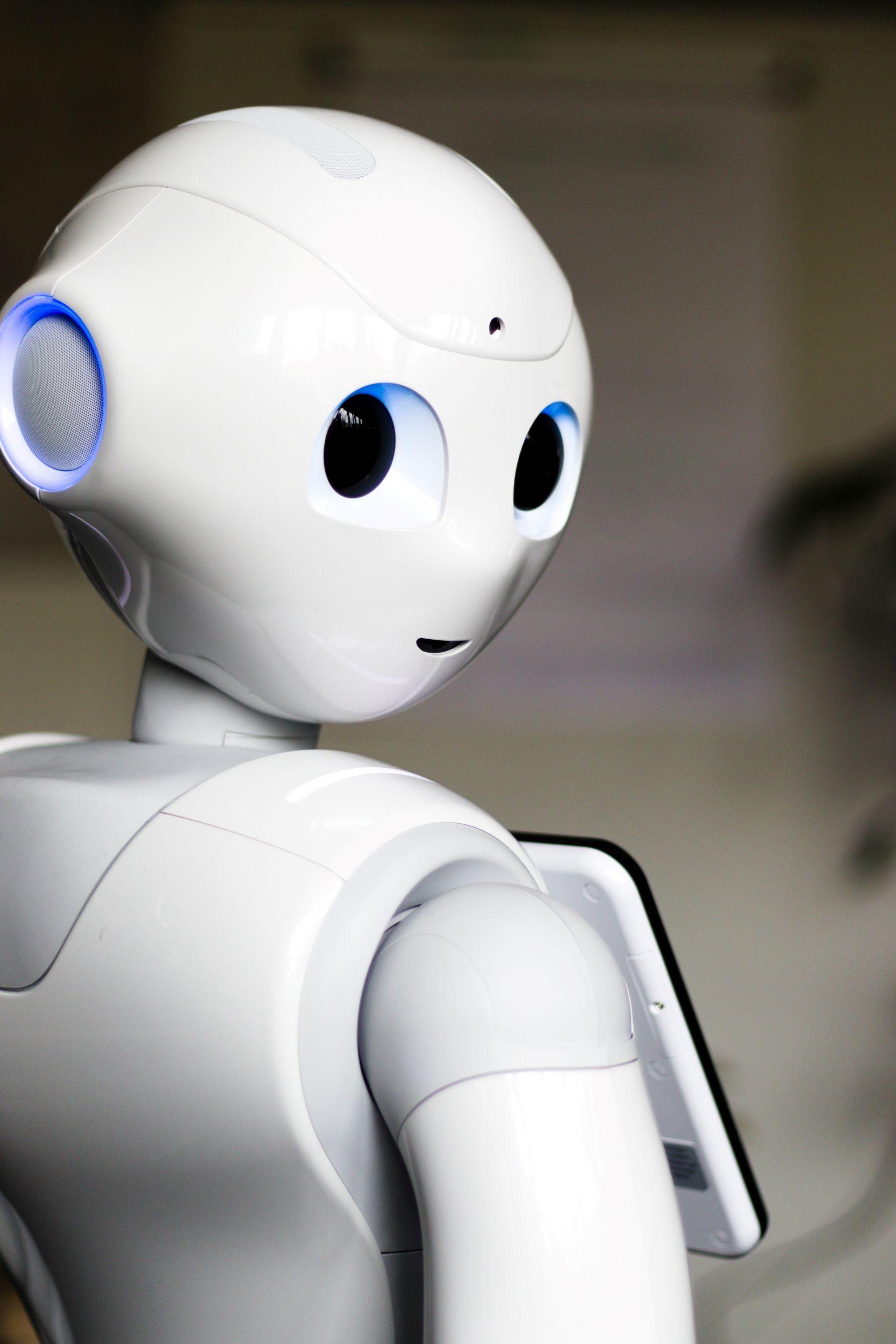 Roboter hilft älteren Menschen