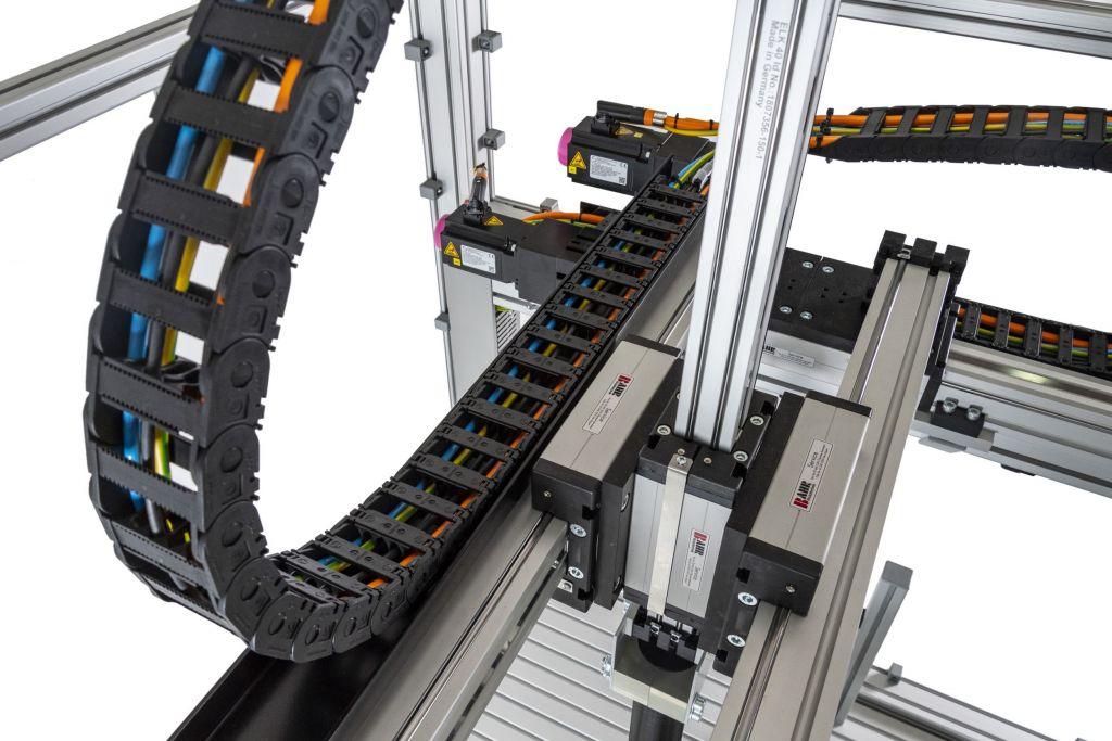 Stöber OCS in Kombination mit dem neu entwickelte Heidenhain EnDat 3-Interface im Kabelschlepp: bis zu 50m ohne Drossel.