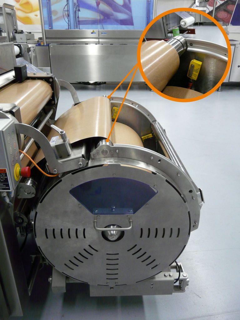 Auch in der Unterfolienabwicklung wird die verschiebbare Sicherheitseinhausung mit  leichtgängigen Drylin W-Linearführungen bewegt - hier aber in der gebogenen Variante.