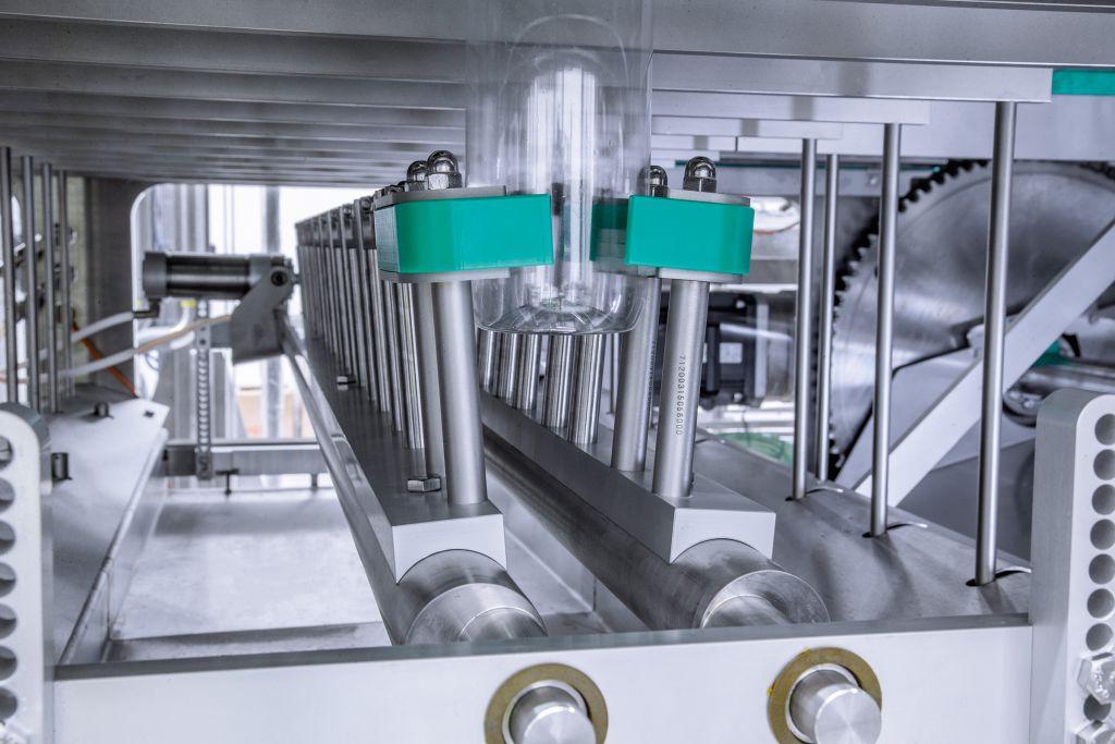 Verbesserte Flaschengreifer verhindern dank ihrer größeren Kontaktfläche eine unerwünschte Rotation des Behälters beim Verschließen.