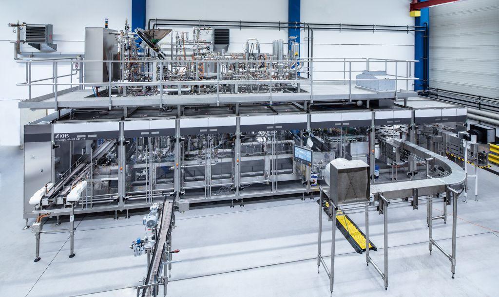 Bewährte Technik, jetzt um zahlreiche Neuerungen weiterentwickelt: der lineare KHS-Aseptikfüller Innofill PET ACF-L in der Montagehalle.