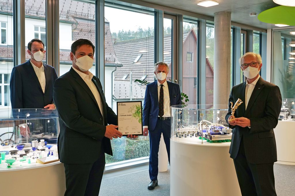 Stolze Preisträger: Die Schmalz-Geschäftsführer Andreas Beutel (2.v.l.) und Dr. Kurt Schmalz (r.) nehmen den Axia Best Managed Companies Award von Björn Neumann (l.) und Markus Seiz (beide Deloitte) entgegen.