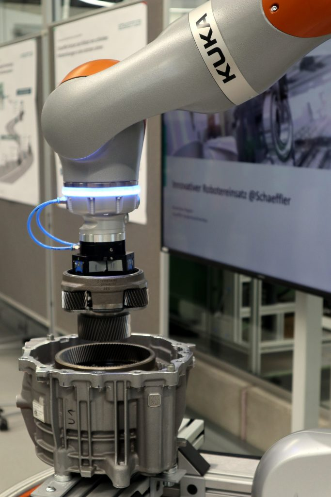 Zurzeit befinden sich mehr als 1.000 Industrieroboter bei Schaeffler im Einsatz sowie circa 50 Cobots.
