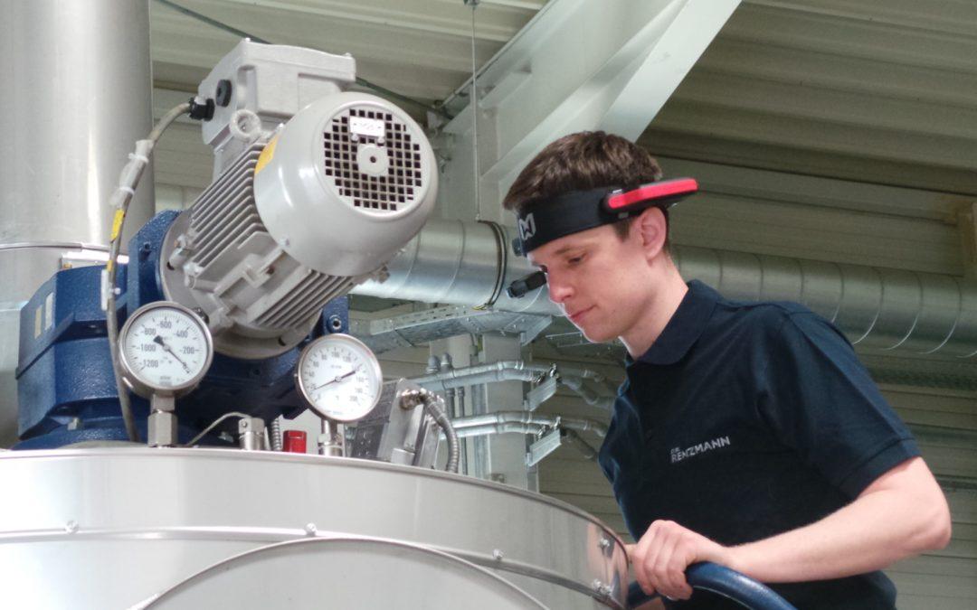 Renzmann nutzt AR-Brille zur Unterstützung der Techniker vor Ort