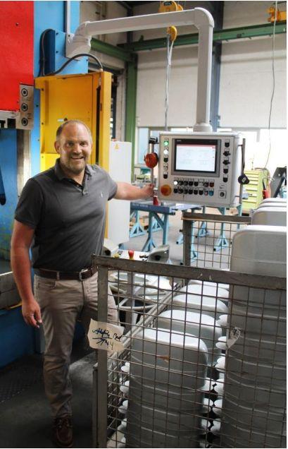 : Geschäftsführer Christian Fütterer am neuinstallierten Bedienpult der 400t Presse von Neff.