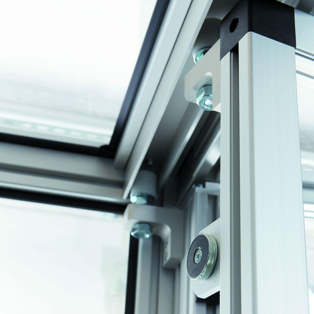 Ein Magnetkontakt (schwarzer Kreis) sichert die Falttür in ihrer Position.