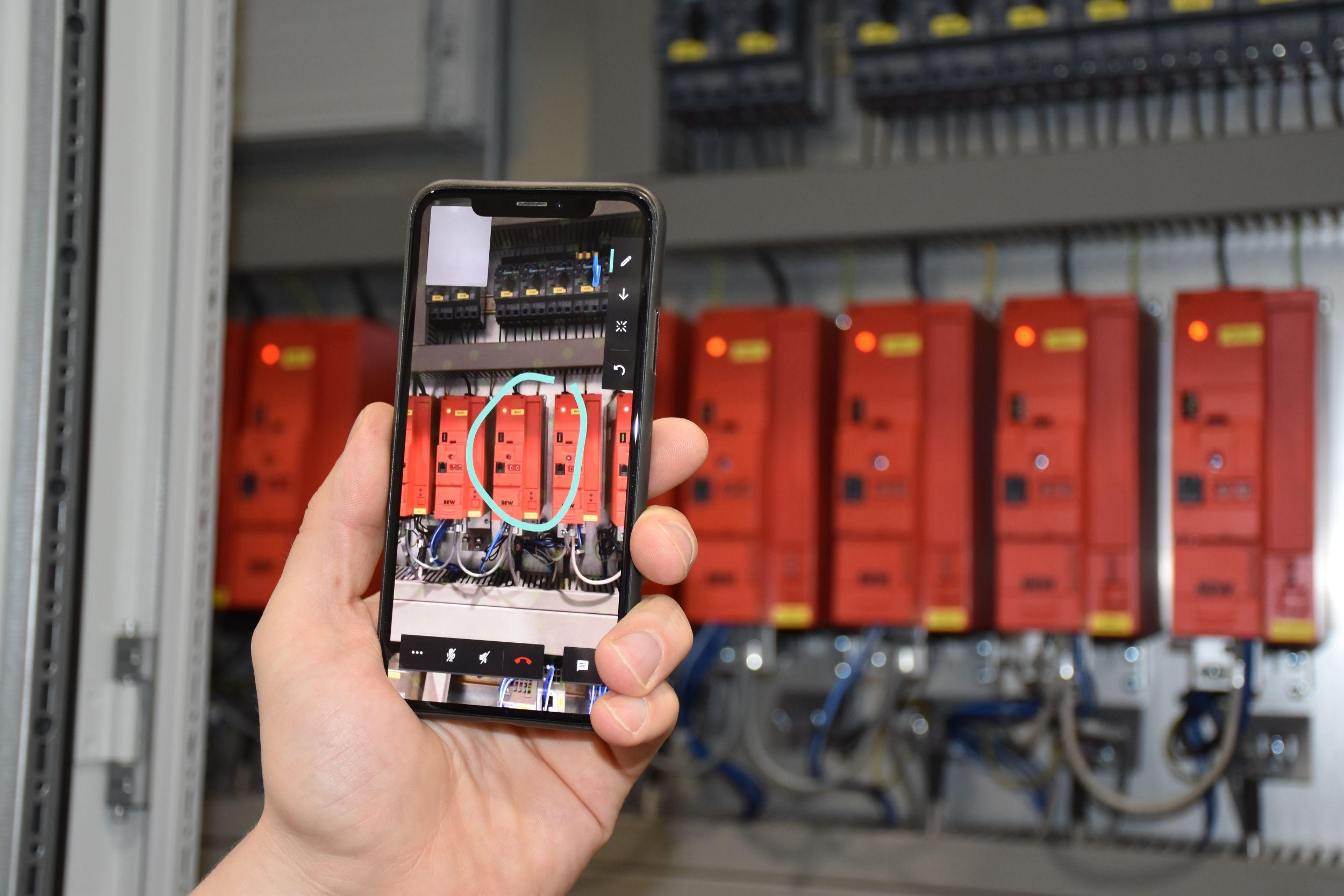 Techniker mit Augmented Reality zugeschaltet