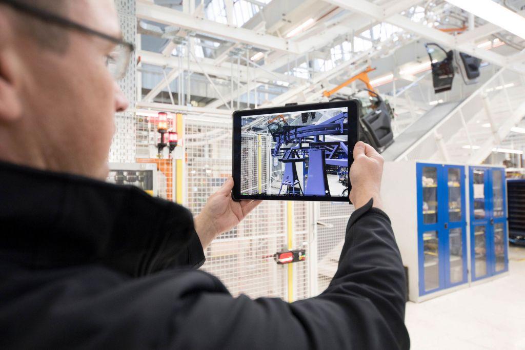 Während der Bauphase prüfen die Konstrukteure die Anlage immer wieder über AR.