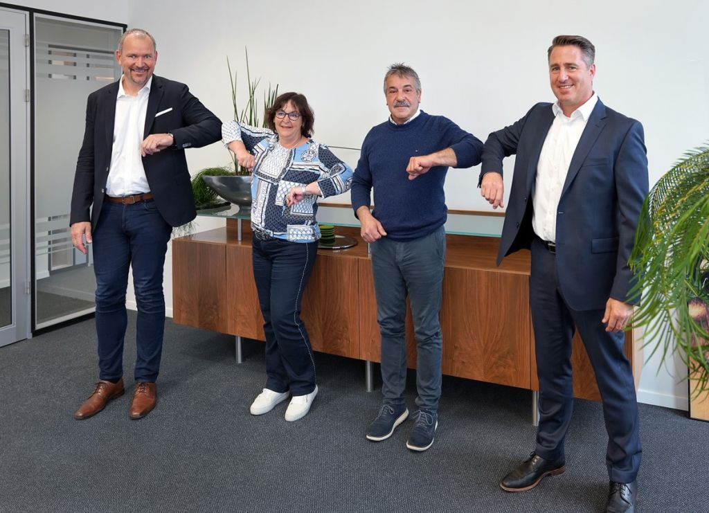 Die Firmenvertreter bei der Unterzeichnung (von links nach rechts): Alexander Bonk (Leadec), Katrin Jahne-Finck und Frank Reichl (Schulz & Reichl Elektrobau GmbH), Dietmar Rettig (Leadec)
