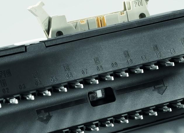 Weidmüller Termseries Interface-Adapter: Mit dem Potenzialumschalter für die untere Ebene kann der Interface-Adapter für plus- und minusschaltende Logik eingesetzt werden. (Bild: Weidmüller GmbH & Co. KG)