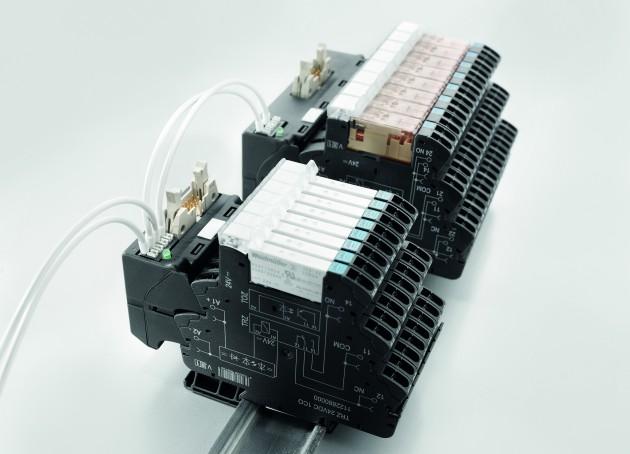 Weidmüller Termseries Interface-Adapter: Durch den Top-Anschluss mit PUSH IN-Technologie lässt sich die Hilfsspannung schnell und sicher einspeisen. Doppelt ausgeführte Anschlüsse erlauben zudem ein problemloses Durchbrücken. (Bild: Weidmüller GmbH & Co. KG)