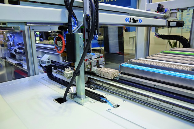 Der Bestückungsautomat Athex kann je nach Ausstattung bis zu 6.000 Klemmen<br /><br /><br /><br /> aufnehmen und diese automatisiert auf Hutschienen montieren (Messe). (Bild: Rittal GmbH & Co. KG)