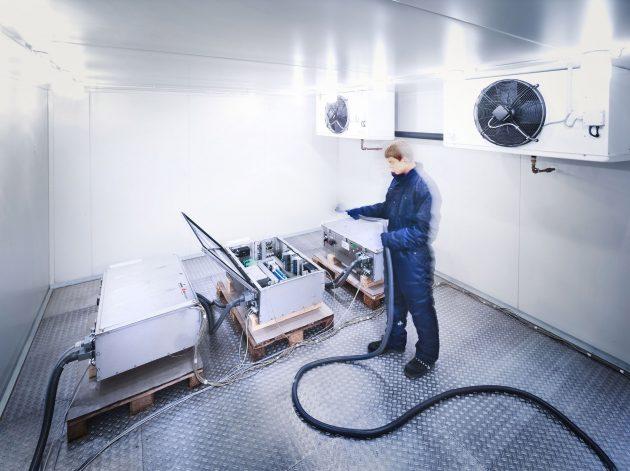 In der eigenen Klimakammer werden die Schränke sowie deren Komponenten auf Temperaturbeständigkeit im Bereich von -50°C bis +60°C getestet. (Bild: SSB Wind Systems GmbH & Co. KG)