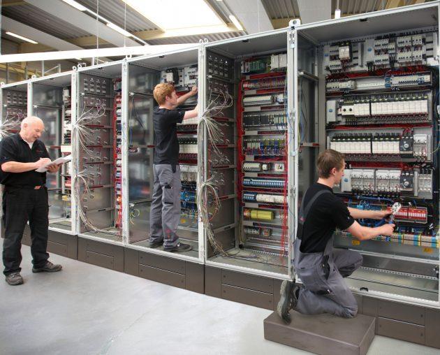 Auf einer Produktionsfläche von mehr als 7.000 Quadratmetern können Schalt- und Steuerschränke in Einzel-, Serien- und Fließfertigung hergestellt werden. Darüber hinaus gibt es einen eigenen Bereich innerhalb der Produktion für die Prototypenfertigung. (Bild: SSB Wind Systems GmbH & Co. KG)