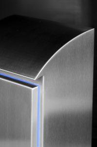 Der flussoptimale Neigungswinkel von 30° des Korpusdachs vermeidet das Festsetzen von Schmutz und verhindert das Abstellen von Gegenständen. Dank überstehender Tropfkante verschmutzen Flüssigkeiten beim Abtropfen nicht die Gehäusefront. (Bild: Steeldesign GmbH)
