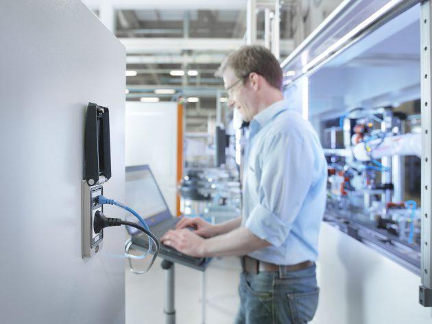 Die FrontCom-Vario-Service-schnittstelle ermöglicht den Technikern eine Kommunikation durch die geschlossene Schaltschranktür mit Steuerung/PC und Elektronik. (Bild: Weidmüller GmbH & Co. KG)