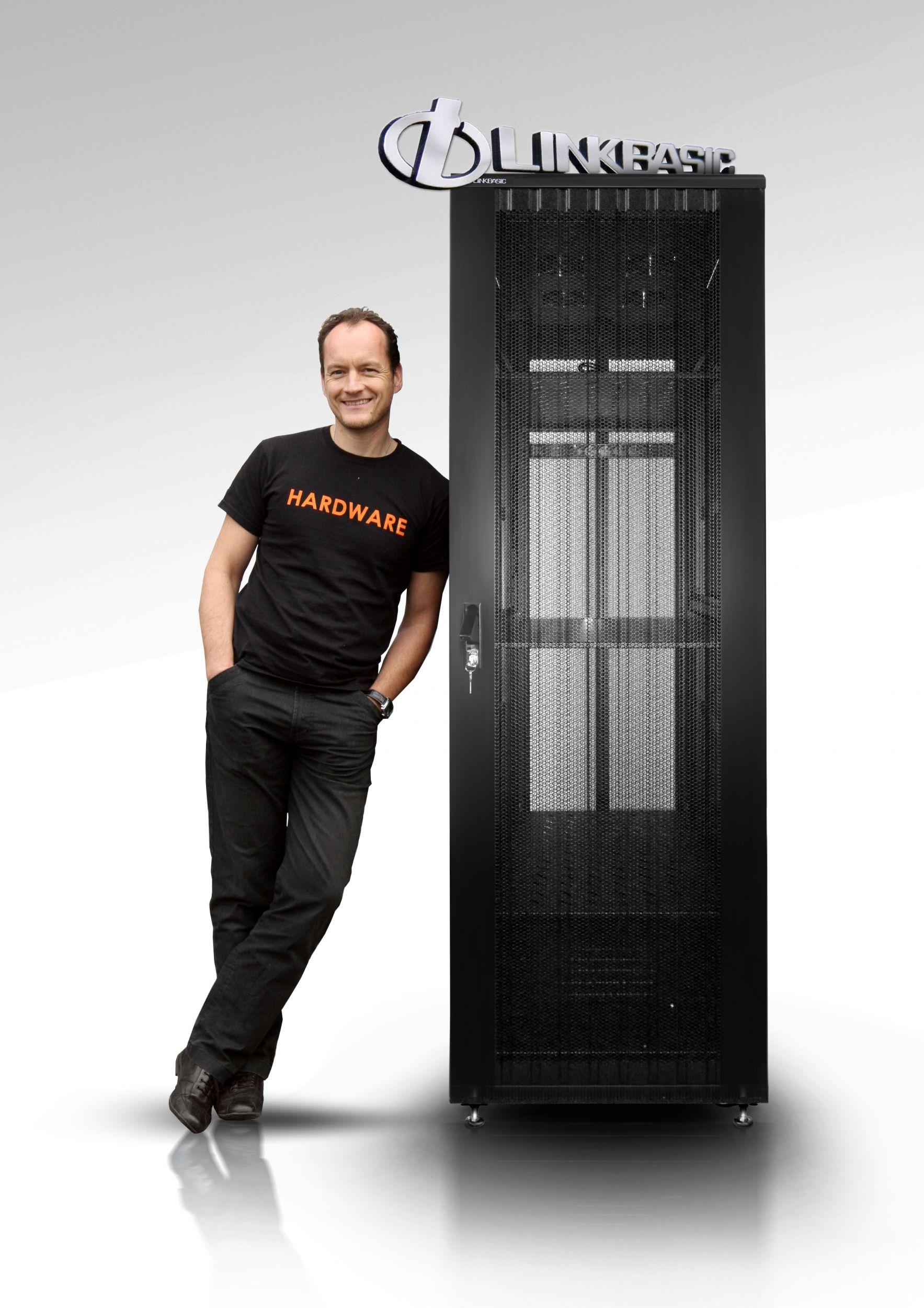"""Als neuer Deutschland-Distributor von Linkbasic bietet Netzwerkspezialist IT-Budget ein Serverschrank -""""Rund-um-sorglos-Paket""""."""