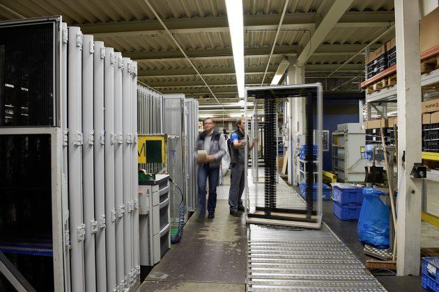 Rittal hat für das Rack-System TS IT mehr als 100 Varianten im Produktportfolio. Hier im die Fertigung des TS IT im Rittal Werk in Rittershausen. (Bild: Rittal GmbH & Co. KG)
