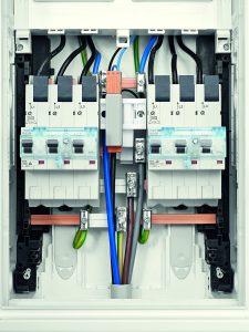 Multiadapter zwischen zwei SLS-Schaltern (Bild: Hager Vertriebsgesellschaft mbH & Co. KG)
