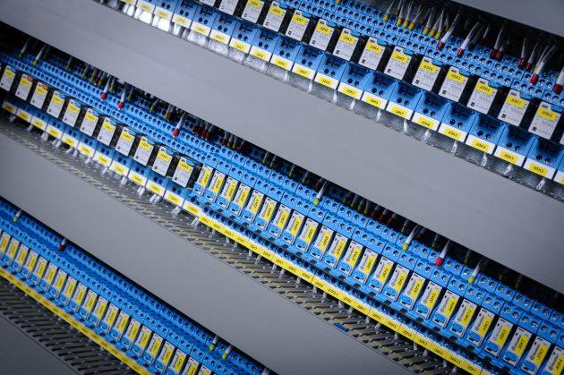 Relais von Finder sorgen für eine galvanische Trennung zwischen SPS und Verbraucher und ermöglichen es außerdem, auch hohe Lasten sicher zu schalten. (Bild: Finder GmbH)
