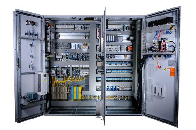 Vom Steuerschrank aus werden sämtliche Komponenten und Aggregate des BHKW angesteuert. (Bild: Finder GmbH)