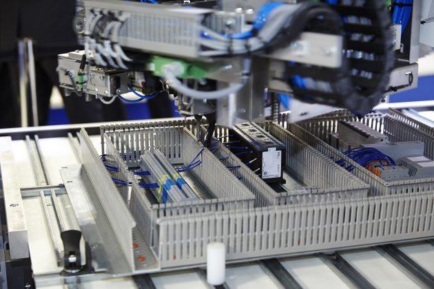 Der Verdrahtungsroboter Averex von Kiesling Maschinentechnik ermöglicht eine automatisierte Verdrahtung der Montageplatte. (Bild: Rittal GmbH & Co. KG)