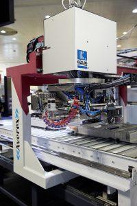 Der patentierte um 270° drehbare Bearbeitungskopf erledigt alle Arbeitsschritte der Verdrahtung, wie Schneiden, Abisolieren, Crimpen, Beschriften und das Kontaktieren. (Bild: Rittal GmbH & Co. KG)