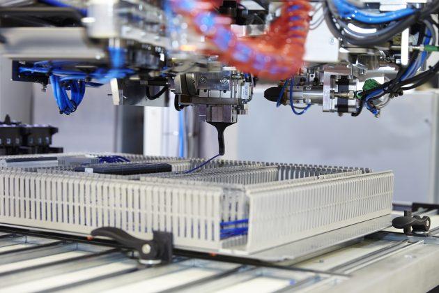 Durch das automatisierte Verdrahten reduziert sich die Montagezeit bei einem durchschnittlichen Schaltschrank um etwa 15 Stunden. (Bild: Rittal GmbH & Co. KG)