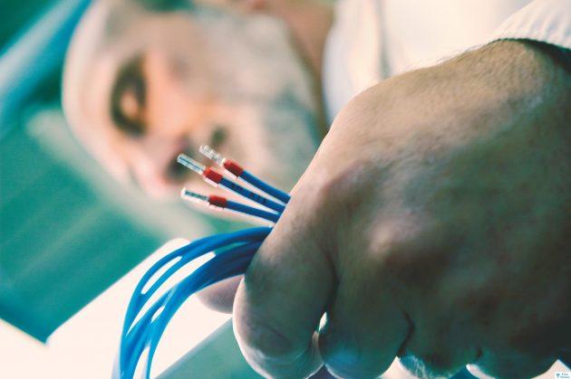Fehlervermeidung durch Automatisierung: automatisch gecrimpte und geprüfte Steckverbindungen (Bild: PP Electrical Systems Limited)