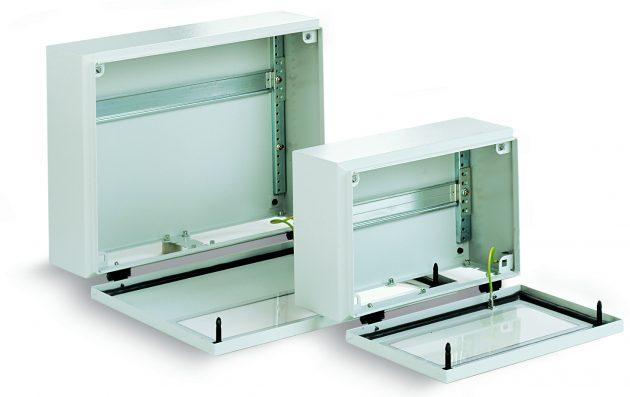 Mit dem Schnellspann-Element können Tragschienen rasch am Gehäuseboden montiert werden. (Bild: Lohmeier Schaltschranksysteme GmbH & Co. KG)