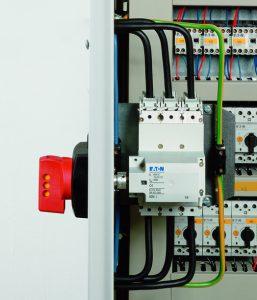 Ein Seitenwandantrieb ermöglicht zudem die Betätigung des Hauptschalters wahlweise von der linken oder rechten Seite. (Bild: Eaton Industries GmbH)