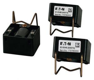 Die autarken Temperatursensoren für den Hauptstrom werden einfach auf die Sammelschienen bzw. Verbindungsstellen montiert und versorgen sich selbständig über das elektromagnetische Feld der Schiene mit Energie. (Bild: Eaton Industries GmbH)