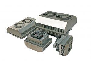 Die Schaltschrank-Kühlgeräte PK 30 bis PK 300 arbeiten mit Peltier-Technik und klimatisieren kompakt, sicher und energiesparend. Ihr Edelstahl-Design und die hohe Schutzart IP 67 passt in die Bahntechnik. (Bild: Elmeko GmbH + Co. KG)