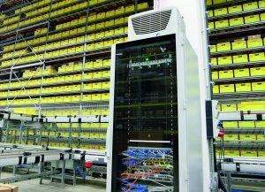 Rittal GmbH & Co. KG (Bild 1 | Industrieunternehmen benötigen IT-Lösungen, die auch in heißen und staubigen Umgebungen  zuverlässig funktionieren - wie das TS IT Rack von Rittal.)
