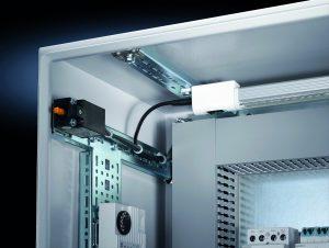 Durch die Innenausbauschienen bieten sich an den Seitenwänden und Türen mehr Möglichkeiten zur Montage. (Bild: Rittal GmbH & Co. KG)