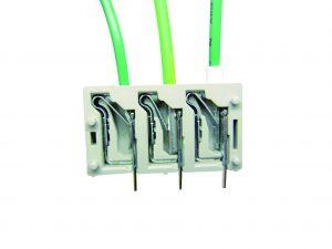 Die besondere Materialauswahl und die patentierte Formgebung der fixierenden Klemmfeder garantieren festen Kabelsitz, ohne dass Litzendrähte beschädigt werden. (Bild: Omron Electronics GmbH)
