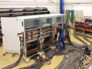 F?r die Pr?fungen der Vamocon Niederspannungs-Schaltanlagen beim IPH sind umfangreiche Vorbereitungen notwendig. (Bild: Sedotec GmbH &Co. KG)