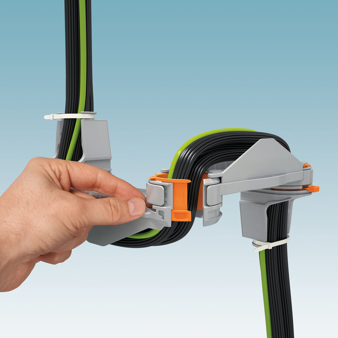 Einfache Kabel- und Leiterführung zur Schaltschranktür