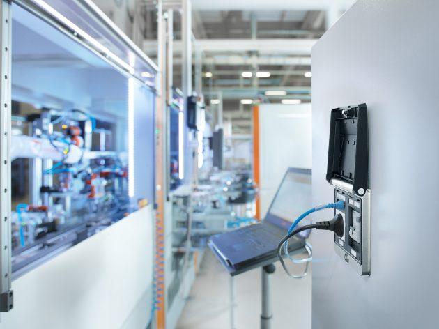 Die FrontCom-Vario-Serviceschnittstelle im Doppelrahmenformat erm?glicht Technikern einen schnellen Zugriff auf Anlagen, Prozesse sowie Schutzeinrichtungen und das durch die geschlossene Schaltschrankt?r. (Bild: Weidm?ller GmbH & Co. KG)