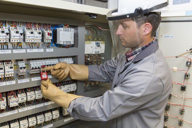 Die normkonforme Planung, Installation und Pr?fung von Niederspannungs-Schaltger?tekombinationen muss gem?? IEC61439 erfolgen (Bild: Atelier211/shutterstock)