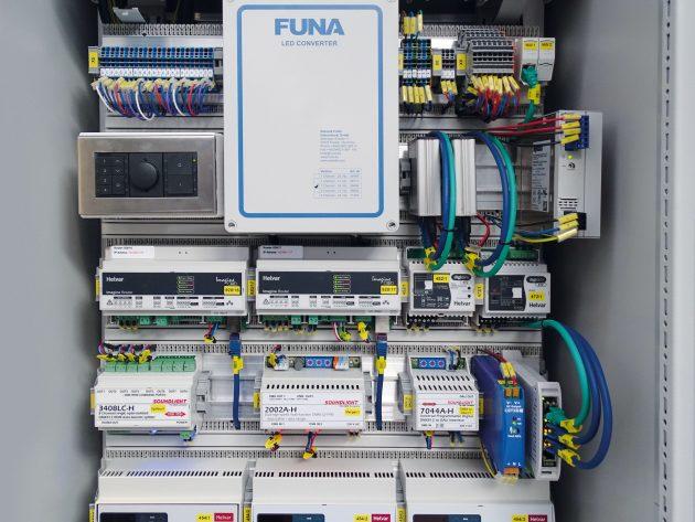 Blick in einen der zahlreichen Steuerschr?nke mit dem L?tze-Verdrahtungssystem (Bild: Funa International GmbH)