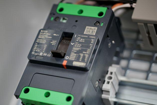 Der kompakte Leistungsschalter PowerPact B sch?tzt Stromabg?nge auf kleinem Raum in einem Leistungsbereich von 15 bis 125A. (Bild: Schneider Electric GmbHBild: Schneider Electric GmbH)