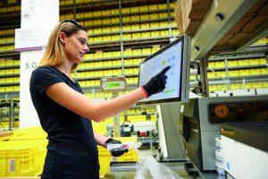 Im voll digitalisierten Kleinteilelager werden die 25.000 Beh?lterpl?tze mit Produkten bis zu 3kg Gewicht best?ckt. (Bild: Rittal GmbH & Co. KG)