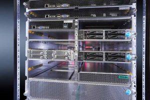 Energieeffizient: Mit dem Open19-Rack bietet Rittal eine Gleichstrom-L?sung auf der g?ngigen 19?-Rack Basis. Die Anschl?sse werden nicht auf eine zentrale Stromschiene an der R?ckseite des Schrankes adaptiert, sondern ?ber einen speziellen Kabelbaum auf der R?ckseite mit den Power-Shelves verbunden. (Bild: Rittal GmbH & Co. KG)